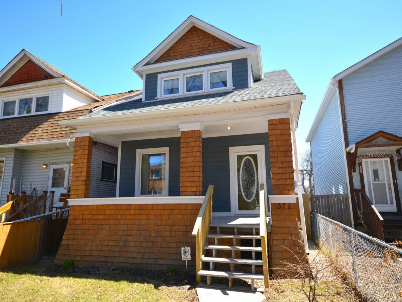 371 Toronto Street – Fully updated West End Home!