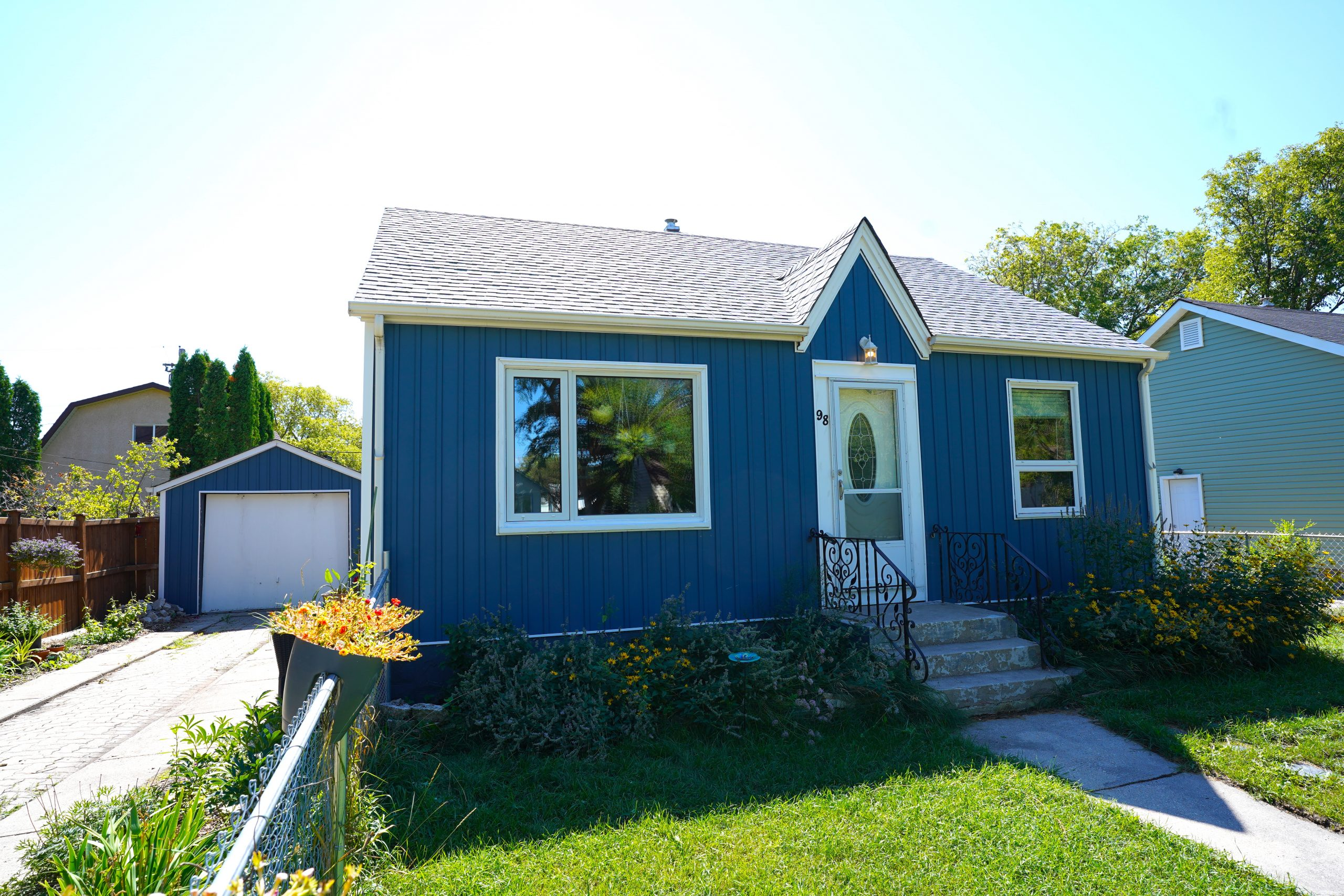 98 Fifth Ave – St. Vital House For Sale